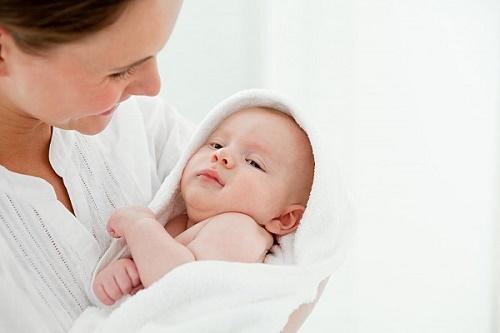 """Mách mẹ cách tắm """"chuẩn"""" cho bé trong mùa đông"""