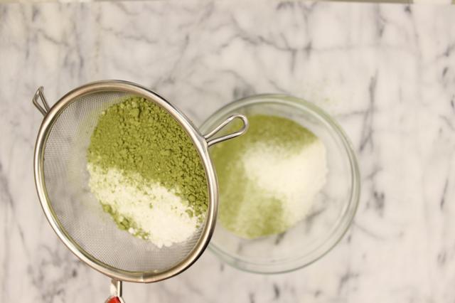 Cách làm bánh cuộn trà xanh mềm thơm cho cuối tuần
