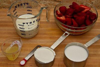 Cách làm kem dâu sữa chua siêu tốc cực ngon