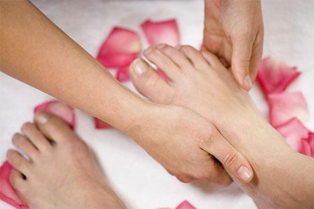 Cách xoa bóp chữa đau vẹo khớp cổ chân