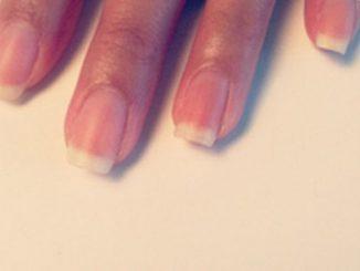 Cách vẽ nail chấm bi trắng thanh lịch cho cô nàng nữ tính 12