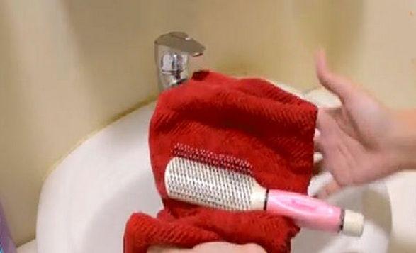 Mách bạn 2 cách vệ sinh lược chải tóc siêu đơn giản